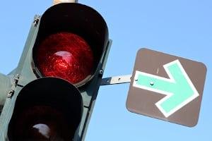 Es liegt kein Rotlichtverstoß vor, wenn Sie an einer roten Ampel mit grünem Blechpfeil rechts abbiegen.