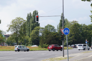 Ein Rotlichtverstoß mit dem Lkw kann per Blitzer nachgewiesen werden.