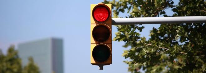 Welche Strafe droht, wenn Sie einen Rotlichtverstoß mit dem Lkw begehen, erfahren Sie in unserem Ratgeber.
