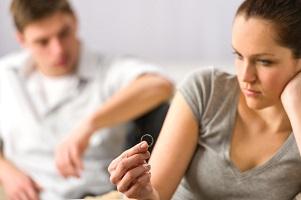 Nachdem der Scheidungsantrag zugegangen ist, prüft das Gericht alle Unterlagen, dann beginnt das Scheidungsverfahren.