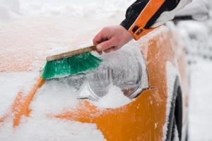 Loser Schnee muss vom Auto entfernt werden.