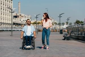 Schwerbehindertenausweis mit Merkzeichen G beantragen: Eine Begleitperson kann mit Merkzeichen B zusätzlich eingetragen werden.