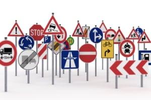 Bauliche Veränderungen und Straßenschilder erhöhen die Sicherheit im Verkehr.