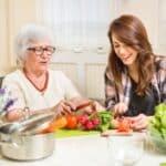 Solidarisches Grundkeinkommen: Das gibt es bspw.. bei der Unterstützung älterer Menschen.