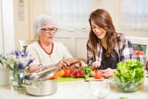 Solidarisches Grundkeinkommen: Das gibt es bspw. bei der Unterstützung älterer Menschen.