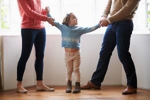 Ein allein Sorgeberechtigter begeht eine Entführung, wenn er das Kind dem umgangsberechtigten Elternteil entzieht.