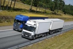 Eine Spedition organisiert in der Regel den Transport der Güter, indem sie dafür ein Transportunternehmen beauftragt