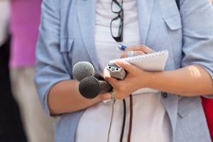 Im Sportjournalismus werden auch Frauen beschäftigt.