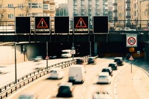 Wie verhalten Sie sich am besten bei Stau im Tunnel?