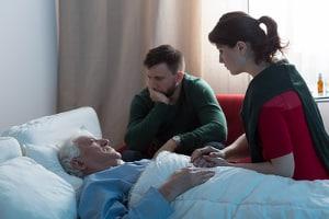 Die Sterbebegleitung ist für Angehörige häufig nicht einfach zu bewältigen.