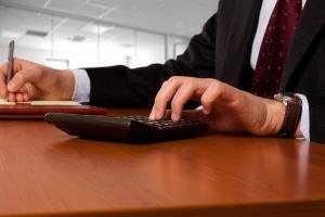 Steuerklasse IV mit Faktor: Ein Rechner kann die Differenz zwischen Brutto- und Netto-Gehalt ausrechnen.