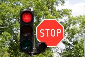 Beim Stoppschild ist an der Haltelinie zu halten. Das gilt auch, wenn die Ampel nicht eingeschaltet ist.