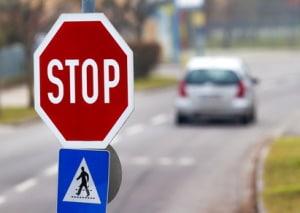 Stoppschild missachtet: Das ist schon der Fall, wenn Sie nicht vollständig zum Stehen kommen.