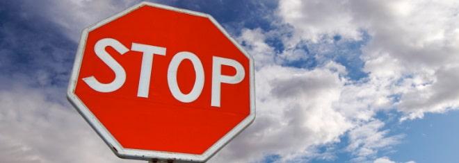 Haben Sie ein Stoppschild überfahren? Eine Strafe droht zwar meist nicht, aber mit Bußgeldern und Punkten müssen Sie rechnen.