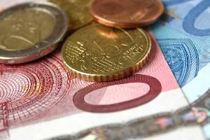 Strafbefehl: Geldstrafe oder Fahrverbot sind mögliche Rechtsfolgen im Strafbefehlsverfahren.