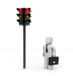 Strafe: Bei roter Ampel die Kreuzung zu überqueren, gefährdet die Verkehrssicherheit.