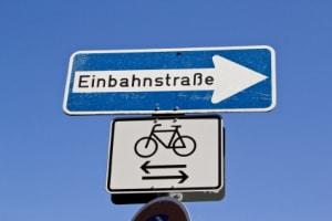 Welche Verkehrsregeln sollten Radfahrer beherzigen, um eine Strafe in der Einbahnstraße zu vermeiden?