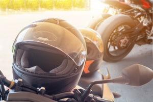 Bußgeld statt Strafe: Wer ein Motorrad ohne Helm führt, muss mindestens 15 Euro zahlen.