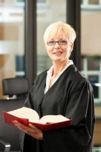 Im Strafrecht reglementiert das Gerichtsverfassungsrecht die Stellung der Richter und Rechtsanwälte