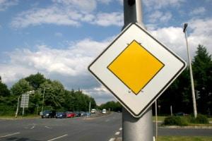 Straßenschilder können je nach Funktion in den verschiedensten Formen auftreten.