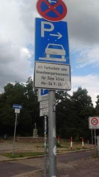 Zusatzeichen können Vorgaben von Straßenverkehrszeichen beschränken.