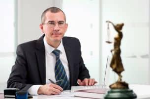 Wenn Sie ein Testament anfechten wollen, sollten Sie sich an einen Anwalt wenden.