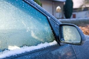 Mit der richtigen Pflege wird auch die Türdichtung im Auto winterfest und die Scheiben vereisen nur außen.