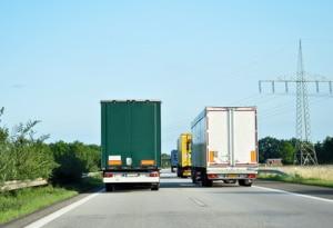 Überholverbot für LKW: Auf der Autobahn sind Elefantenrennen generell untersagt.