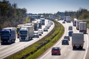 Ein grundsätzliches Überholverbot für LKW gibt es in Deutschland nicht.