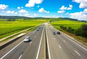 Überschreitung der Geschwindigkeit außerhalb geschlossener Ortschaften: Aber wie schnell dürfen Sie eigentlich grundsätzlich fahren?