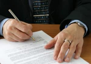 Vor einem Umzug muss der neue Mietvertrag unterzeichnet werden.