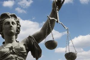 Unabhängige Richter gewährleisten ein neutrales Urteil.