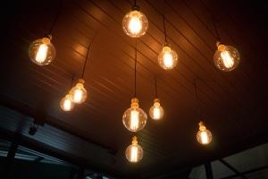 Eine unabhängige Verbraucherberatung kann über die gesetzlichen Vorschriften beim Stromwechseln informieren.