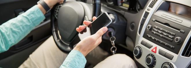 Unerlaubt das Handy am Steuer genutzt? Die Bußgelder beginnen für Autofahrer bei 100 Euro.