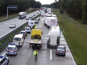 Bei einem Unfall mit Gefahrgut ist besondere Vorsicht geboten. Nicht selten folgen Vollsperrungen.
