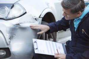 Nach einem Unfall kann ein Kfz-Gutacher den Schaden am Wagen schätzen.