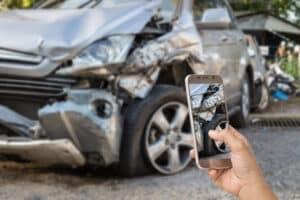 Ein Unfallbericht sowie Fotos von den Schäden sind hilfreich für die Versicherung.