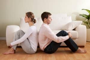 Ob es eine Unterhaltspflicht gibt, hängt unter anderem vom Einkommen der geschiedenen Eheleute ab.
