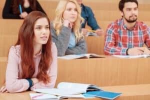 Viele Studenten unterzeichnen einen Untermietvertrag für ein WG-Zimmer.