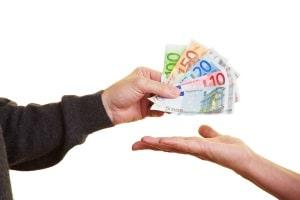 Bei der Unterschlagung kann ein Dritter begünstigt werden, indem ihm fremdes Geld zugeeignet wird.