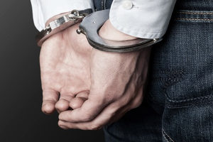 Untersuchungshaft: Eine Kaution oder polizeiliche Meldepflicht hat bei Bagatelldelikten Vorrang.