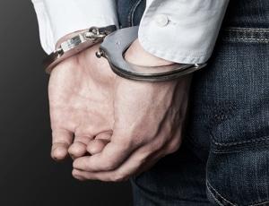 Ein Verbrecher wird laut Definition mindestens mit einer Freiheitsstrafe von einem Jahr bestraft.