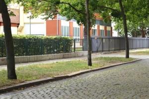 Als Verkehrsfläche gelten laut Definition unter anderem öffentliche Plätze, Straßen und Gehwege.