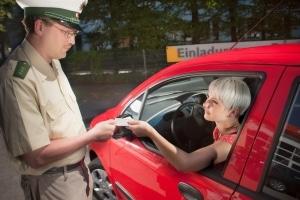 Bei einer Verkehrskontrolle müssen Sie den Führerschein vorzeigen.