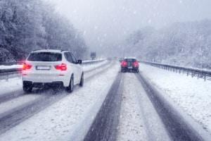 Verkehrssicherheit im Winter: Wesentlich beeinträchtigt kann diese durch Glätte und Blitzeis sein.