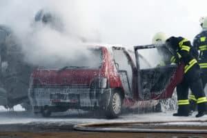 Bei einem schweren Verkehrsunfall müssen Rettungskräfte anrücken.