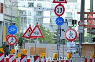 Verkehrszeichen bei einer Baustelle lenken den Verkehrsfluss: u. a. durch weitere Gefahrenzeichen oder Tempolimits.