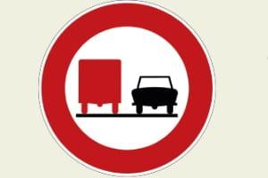 Verkehrszeichen 277: Ein Überholverbot für LKW ab 3,5 t ist zu beachten.