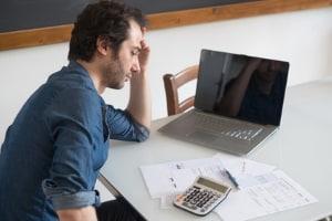 Eine Verlängerung der Probezeit ist bspw. begründet, wenn der Mitarbeiter immer noch eingearbeitet wird.