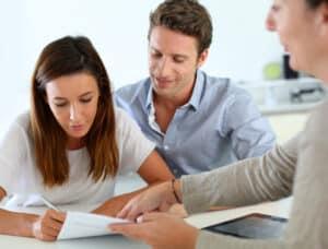 Ein Versicherungsmakler sucht für die Versicherungsnehmer die günstigste Versicherung heraus